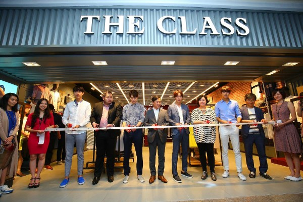 The Class x CNBLUE cutting ribbon