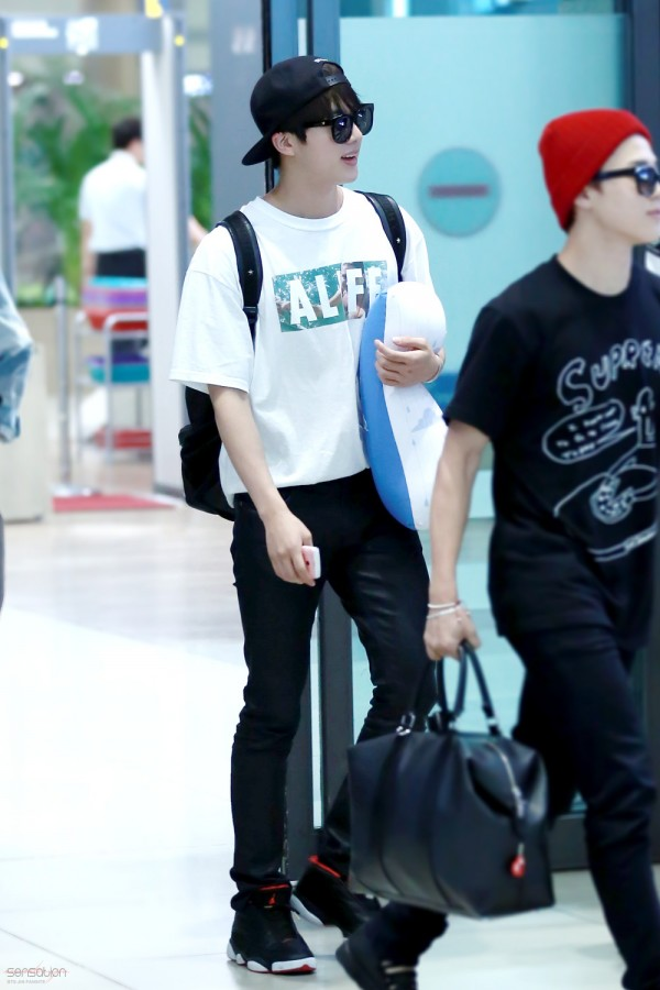 150805 Jin BTS Airport with Pillow 2