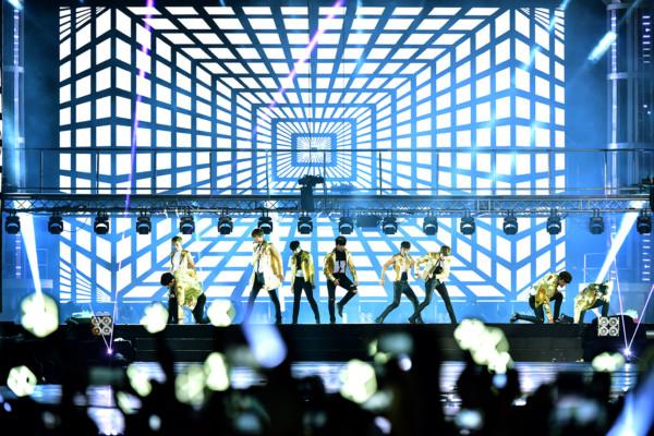 EXO performing Overdose (3)